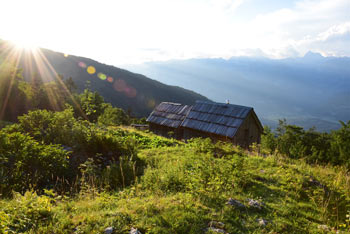 S planine Osredki se odpre razgled proti Triglavu, Debelemu vrhu, Velikemu Draškemu vrhu, Viševniku, Kanjavcu in ostalim osrednjim Julijcem.