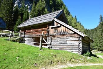 Planina pri Jezeru se nahaja v Julijskih Alpah na poti do planine Dedno polje in Male Tičarice.