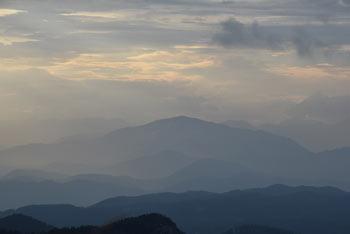 Poleg Poldanovca se nahajajo še trije vrhovi, najbližji nam je Mojski vrh.