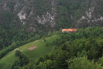 Polhograjska Grmada je razgledna proti Svetemu Lovrencu, pod njo pa je cerkvica svete Urške.
