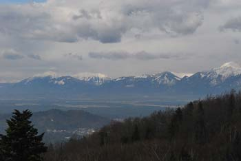 Družinski izlet za otroke na Rašico nas nagradi z razgledom na Kamniško-Savinjske Alpe.