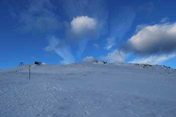 Ratitovec je travnato sleme z najvišjim vrhom Altemaverjem.