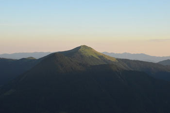 S Šavnika se odpre razgled na Bohinjsko jezero in številne pokljuške planine s pogorjem Triglava v ozadju.