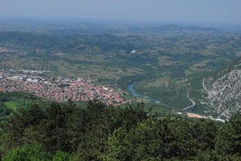 Škabrijel se nahaja med Banjšicam in Sabotinom visoko nad reko Sočo.