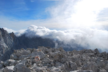 Špik ima znamenit navipičen piramidast vrh, ki se lepo vidi z Gozda Martuljek. Gora je zelo razgledna na najvišje vrhove Julijskih Alp, lepo pa se vidi tudi zahodne Kravanke, kjer dominirajo Stol, Vrtača pa tudi Kepa.