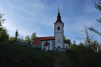 Na Štefanji gori se nahaja cerkvica. Na poti se odpre razgled na Krvavec, Kalški greben in Grintovec.