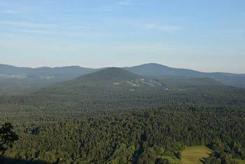 Straška Gora je znana po Veliki Prepadni, največji kraški jami Ajdovske planote nad reko Krko.