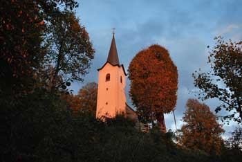 Sveta Ana nad Ribnico se nahaja na Mali gori od nje pa vodi pot na Ortnek.