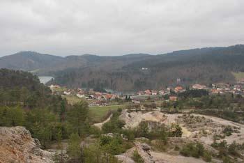 Do cerkev Svete Marije na Planinski gori vodi krožna pot, ki je primerna tudi za družinski izlet.
