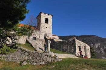 Marko Pogačnik pravi, da se na mestu cerkve svete Marije nad Vitovljami sekajo zmajeve linije.