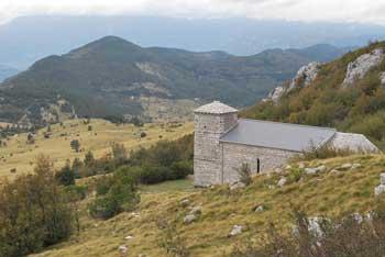 Sveti Hieronim se nahaja na pobočjih Nanosa pod Grmado.