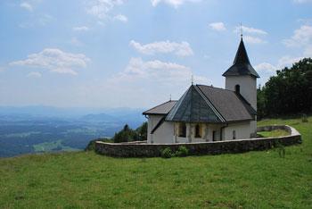 Do cerkvice Svetega Lovrenca pod Storžičem vodi krožna pot, ki je primerna tudi za družinski izlet za majhne otroke.