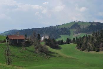 Sveti Nikolaj sredi Rovtarskih hribov je odličen cilj nedeljskega družinskega izleta.