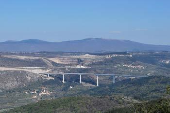 Družinski izlet na Tinjan je primeren za otroke nad 3 leta starosti. Na vrhu hriba je lep razgled na Trst.