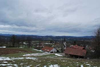 Trebni vrh nam nudi razgled proti Primskovemu, nanj pa večinoma vodi Baragova pot.