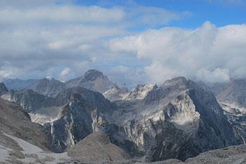 Triglavski dom na Kredarici se nahaja med Rjavino in Triglavom visoko nad dolino Krme.