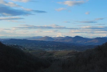 Trstelj je med Krasom in Vipavsko dolino, lepo pa se vidi vrhove okoli Sabotina in Škrabrijela.