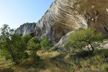 Veli Badin, akustičen spodmol visoko nad mejnim prehodom Sočerga, je domovanje številnih redkih ptic.