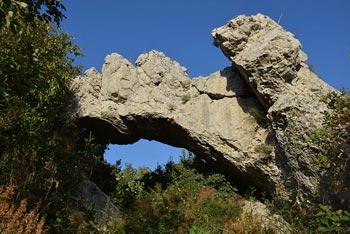 Blizu Velega Badina se nahaja naravni most skozi katerega se vrnemo na izhodišče.