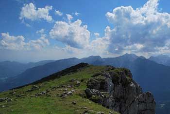 Velika Raduha ima na svojih pobočjih Snežno jamo, nahaja pa se nad Robanovim kotom.
