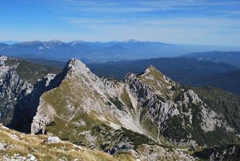 Veliki Draški vrh se nahaja med Toscem in Viševnikom visoko nad dolino Krme.