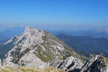 Z Velikega Kladiva se odpre razgled na celotno pogorje Košute, vse od Velikega vrha nad Ljubeljem do Košutnikovega turna.