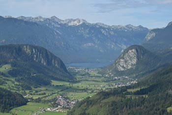 Vodnikov razglednik ima pogled na Bohinjsko jezero med gorama Rudnica in Studor.