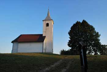 Vrh nad Želimljami je znan po cerkvici svetega Petra.