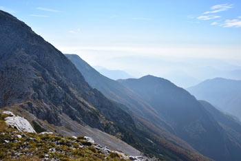 Vrh Planje se nahaja v med Kserjem in Tolminskim Kukom nad Komna. Gora je razgledna na velik del zahodnih Julijskih Alp.