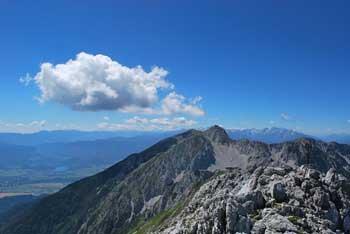 Iz Vrtače se odpre razgled na Karavake, Kamniške in Julijske Alpe.