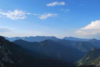 Bašeljski vrh se nahaja nad planinskim domom na Kališču in poleg Storžiča.