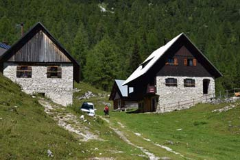 Blejska koča je priljubljena zlasti med nedeljskimi planinci, ki tu okušajo pridih visokogorja.