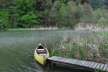 Braslovško jezero se nahaja med Dobroveljsko planoto, oziroma pod Čreto in Goro Oljko.