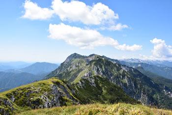 Črna prst je najvzhodnejši višji vrh Spodnjih Bohinjskih gora z razgledi proti Poreznu, Kojci, Ratitovcu, Rodici in Soriški planini.