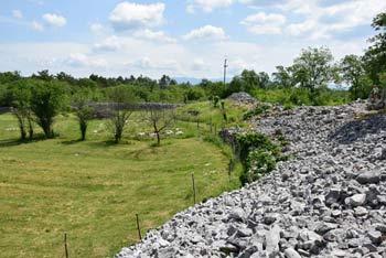 Debela griža je naše največje predkrščansko gradišče. Nahaja se pri kraški vasi Volčji Grad.