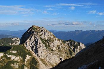 Debeli vrh je brezpotna gora blizu Male Tičarice in Velike Zelnarice.