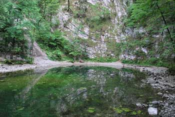 Divje jezero se nahaja blizu Idrijske bele, oziroma Lajšta in je primerno za družinski izlet.