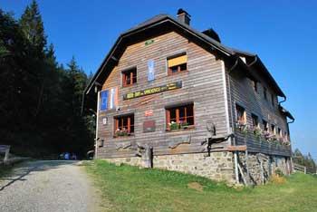 Dom na Smrekovcu je vmesna postojanka za Boskovec ali proti oddaljeni Veliki Raduhi.