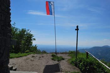 Donačka gora se nahaja vzhodno od Boča in zahodno od Haloz.