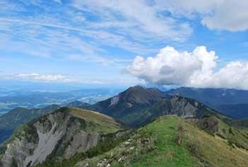 Iz Dovše babe se lepo vidijo Julijci, avstrijska Koroška in greben Karavank.