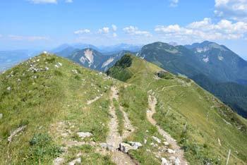 Preko Golice se lahko naredi krožno turo, ki nas vodi preko Kleka in Jeseniške planine na izhodišče.