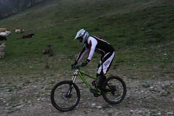 Priljuben teren za downhill kolesarje so Golte. Spučajo se po smučasrski progi do hotela.