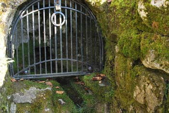 Gospodična je znan izvir zdravilne vode na pobočjih Gorjancev tik pod planinskim domom Vinka Paderšiča.