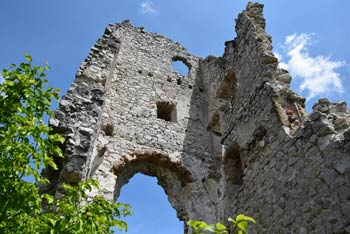Grad Lindek se nahaja med Konjiško goro, oziroma Stolpnikom, Kislico in Stenico.