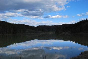 Okoli Gradiškega jezera je speljana sprehajalna pot, ki je lahko tudi izhodišče za Limbarsko goro.