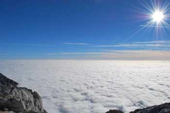 Grintovec se nahaja nad Kokrškim sedlom med Skuto in Kočno.