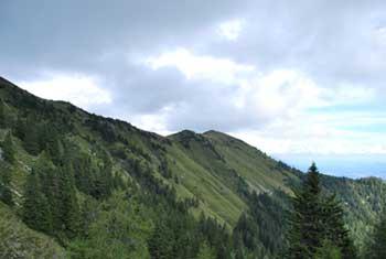 Hruški vrh se nahaja na grebenu v Karavankah, ki meji z Avstrijo.