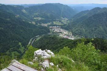 Jelenk se nahaja med Hudournikom na Vojskarski planoti in Bevkovim vrhom nad Idrijco.