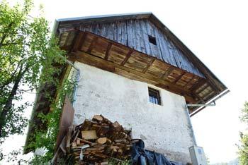 Jeterbenk se nahaja nad Medvodami in je znan po visokem križu.