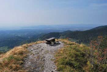 Kamniški vrh omogoča krožno pot in izlet v naravi in gleda na planoto velika planina.